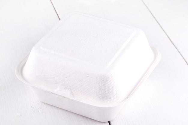 Boîte de nourriture blanche, emballage pour hamburger, déjeuner, restauration rapide, hamburger, sandwich. pack de produits sur table en bois blanc