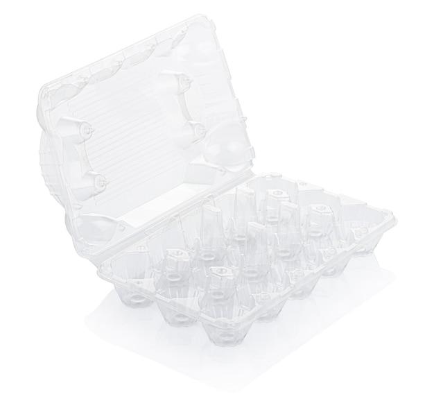 Boîte à oeufs en plastique vide isolé sur blanc avec un tracé de détourage