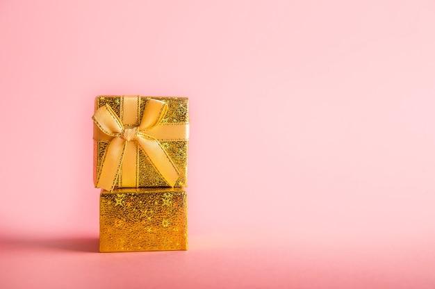 Boîte en or avec un cadeau.
