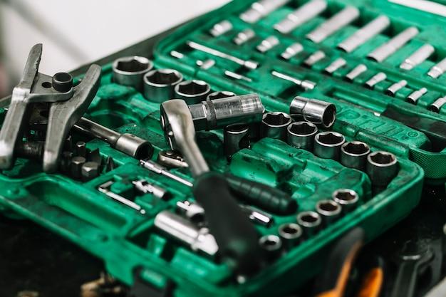 Boîte à outils avec divers outils