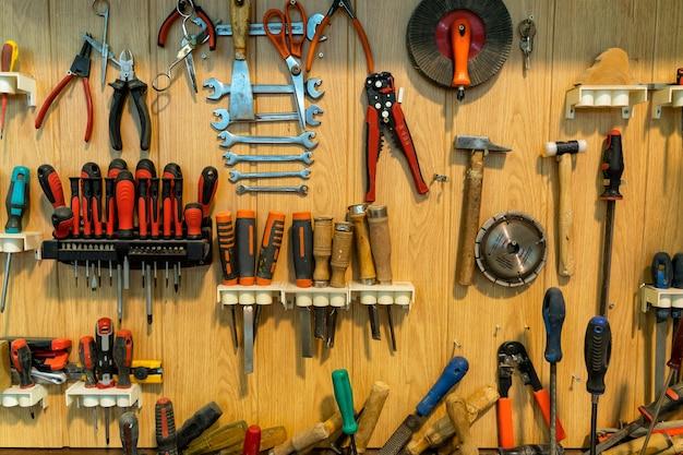 Boîte à outils avec de nombreux outils dans une menuiserie.