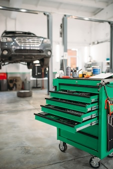 Boîte à outils de service de voiture avec tablettes coulissantes