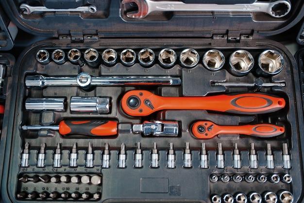 Boîte à outils avec têtes à cliquet en gros plan du magasin d'outils