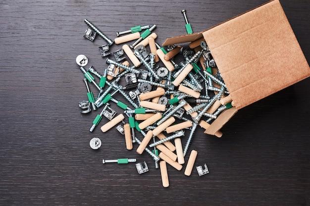 Boîte ouverte avec des outils de chute pour l'assemblage de meubles, gros plan