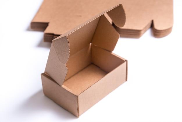 Boîte ouverte vide sur un bureau blanc