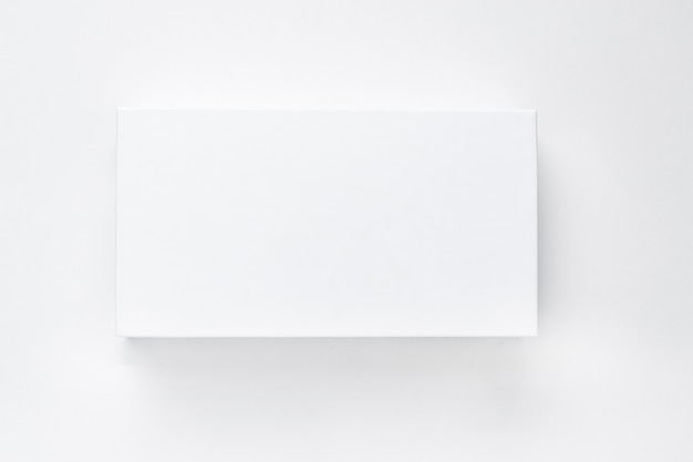 Boîte en papier blanc avec ombre sur fond blanc isoler.