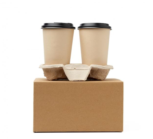 Boîte en papier brun et gobelets jetables pour boissons chaudes dans le bac