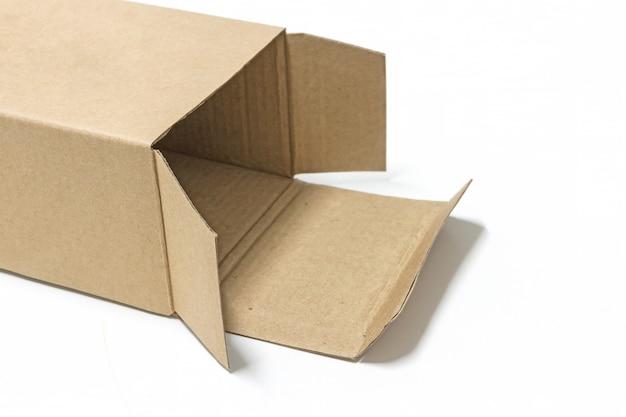 Boîte de papier brun ouverte isoler sur fond blanc