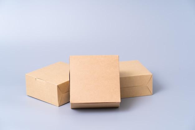 Boîte en papier brun pour emballage alimentaire. carton sur un gris.
