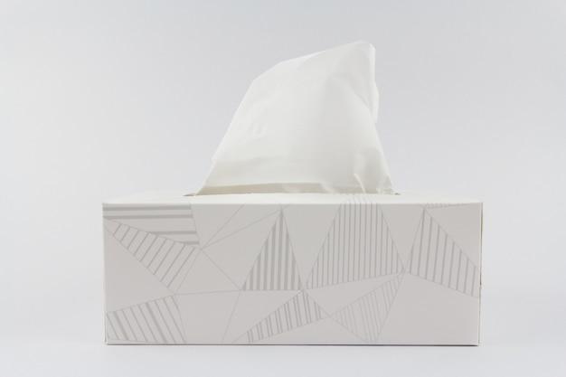 Boîte de papier de soie blanche sur fond blanc.