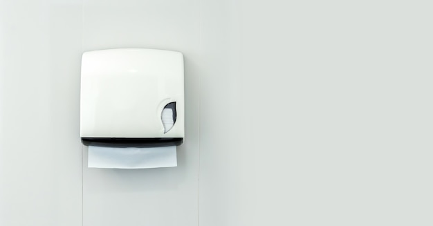 Une boîte de papier toilette dans la salle de bain sur fond blanc
