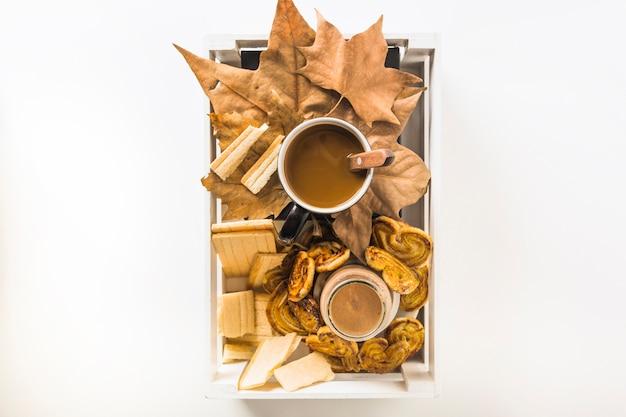 Boîte avec petit déjeuner et feuilles