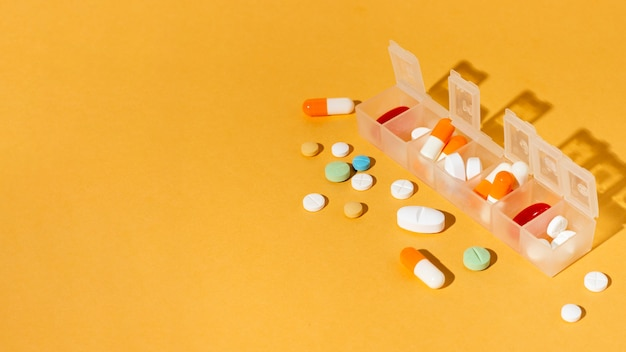 Boîte de pilules sur fond jaune