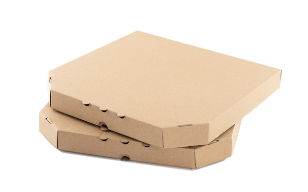 Boîte à pizza en carton brun fermé sur fond blanc. emballage de plats à emporter