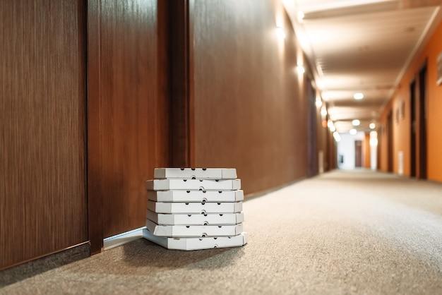 Boîte à pizza en carton laissée à la porte, livraison de pizza