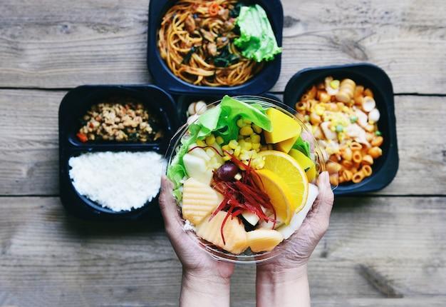 Boîte en plastique alimentaire avec des aliments sains boîte de fruits légumes salade sauce service livraison en ligne