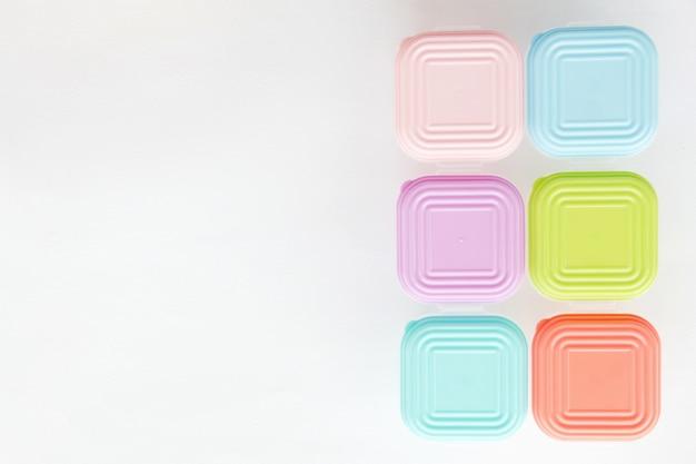 Boîte en plastique pastel sur fond blanc