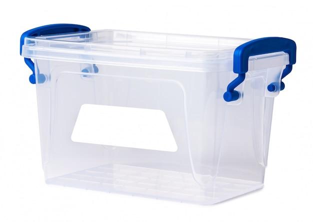 Boîte en plastique transparente isolée sur fond blanc