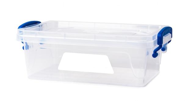 Boîte en plastique transparente isolée sur une surface blanche