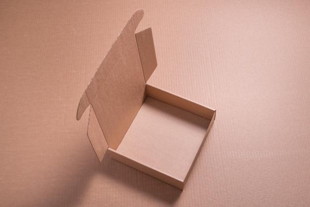 Boîte plate en carton marron sur fond marron
