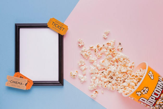 Boîte à pop-corn avec billets de cinéma et un cadre