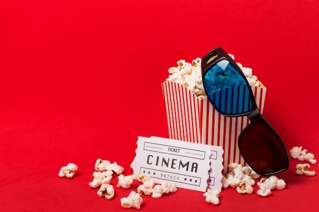 Boîte de pop-corn avec des billets de cinéma