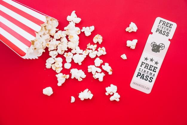Boîte de pop-corn de cinéma avec un billet