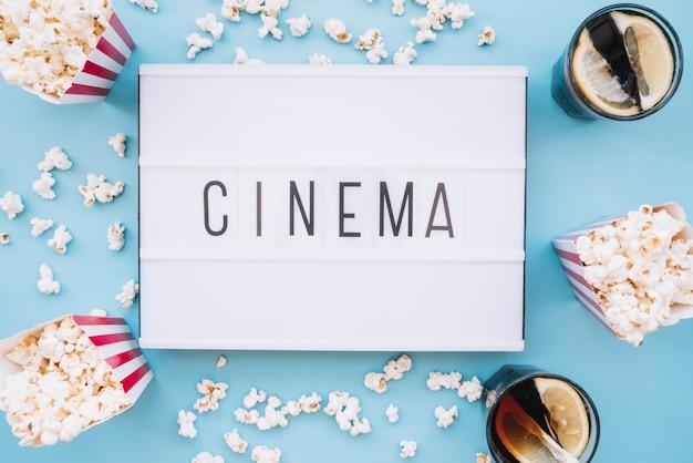 Boîte à pop-corn avec une pancarte de cinéma