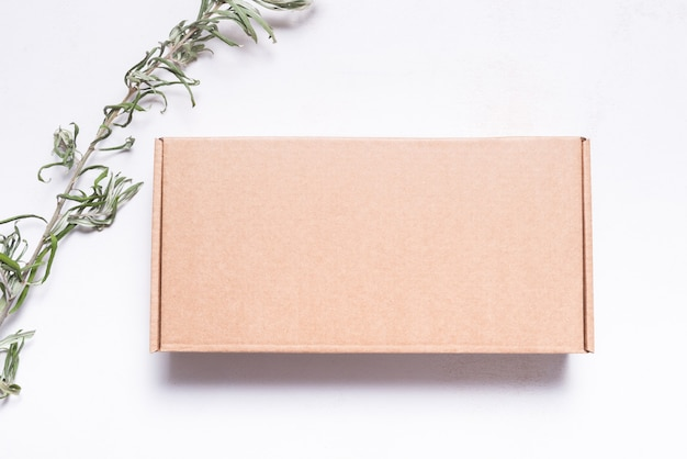 Boîte postale en carton marron décorée de feuilles séchées