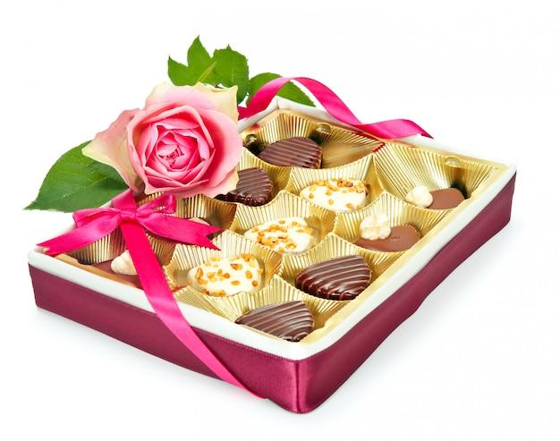Boîte de pralines au chocolat isolé sur blanc