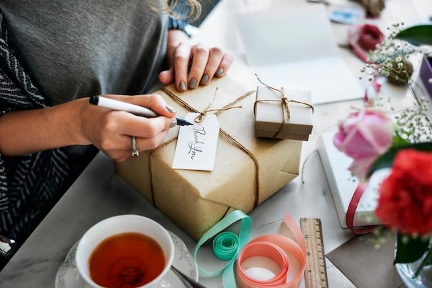 Boîte présente avec étiquette étiquette