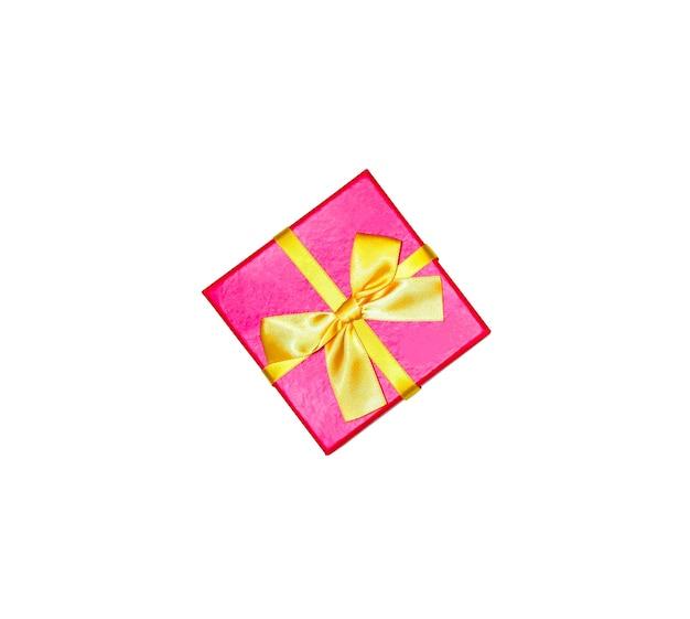 Boîte présente isolée sur fond blanc. fêtes d'anniversaire. vente et remise. idées d'achats de noël. offre spéciale. espace de copie. notion de vendredi noir.