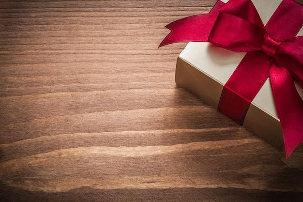 Boîte présente or scintillant sur l'espace de copie de planche de bois vintage