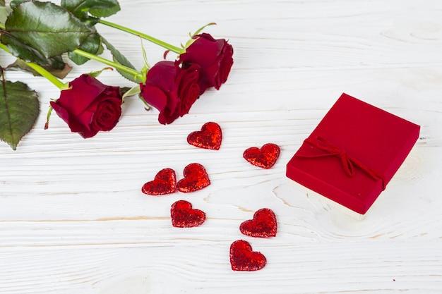 Boîte présente près de coeurs d'ornement et de fleurs