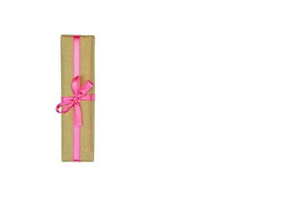 Boîte présente avec ruban rose isolé sur blanc