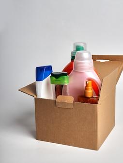 Boîte avec produits de nettoyage pour le nettoyage à domicile, le concept d'hygiène dans la maison
