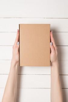 Boîte rectangulaire dans les mains féminines