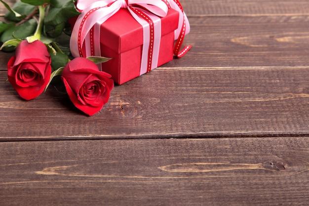 Boîte et roses sur planche de bois cadeau saint-valentin