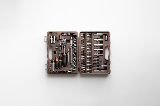 Une boîte rouge avec des outils d'instruments, un kit de réparation pour automobile