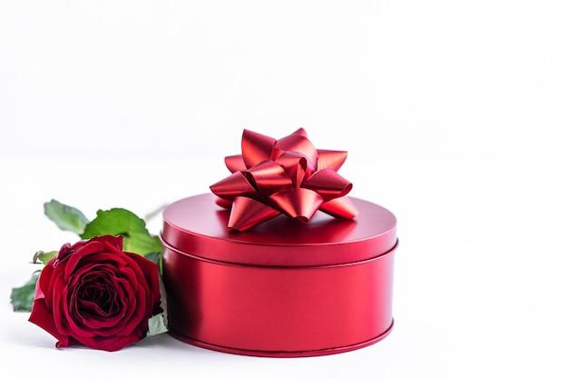 Boîte rouge avec des roses sur fond blanc