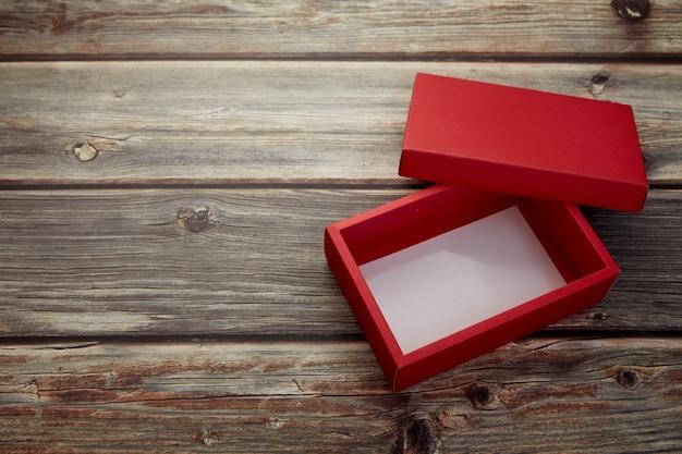 Boîte rouge vide sur bois brun brillant