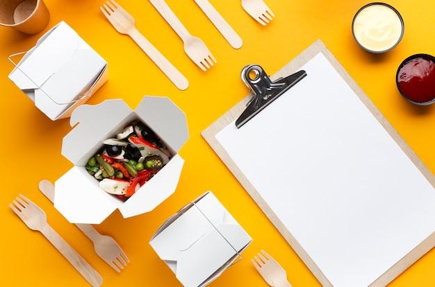 Boîte de salade à plat avec maquette de presse-papiers