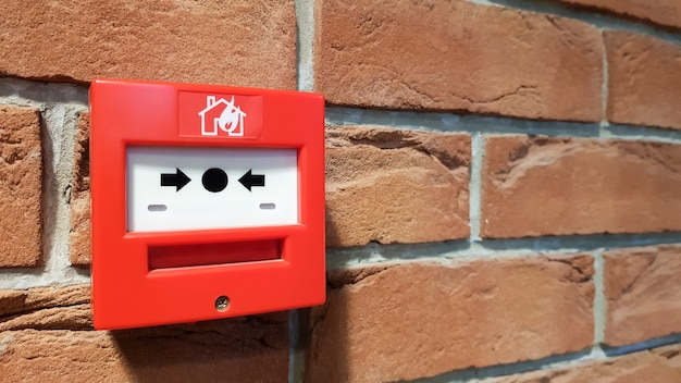 Boîte de système d'alarme incendie installée sur le mur du bâtiment.