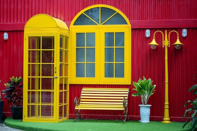 Boîte de téléphone jaune, banc et lampadaire sur la rue de la ville de danang au vietnam