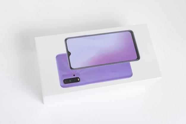 Boîte de téléphone portable blanche sur le fond