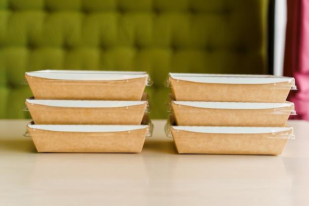 Boite thermo écologique. plats bio. vaisselle jetable biodégradable.