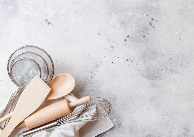Boîte d'ustensiles de cuisson. fouet, maille et spatule dans une boîte en bois vintage. vue de dessus.