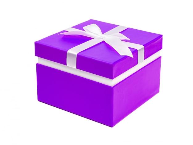 Boîte violette avec un cadeau et un arc blanc isolé