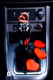 Boîte de vitesses manuelle dans la voiture avec coeur