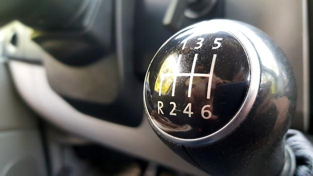 Boîte de vitesses manuelle dans la voiture macro noir.